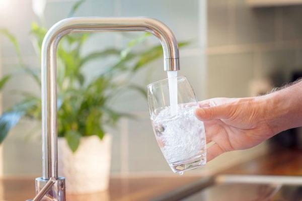نوشیدن آب برای کاهش کالری روزانه