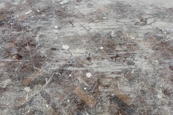 کف های سخت چوبی و گرد و غبار در خانه