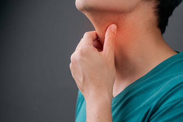 گلودرد یا گرفتگی صدا از علائم پنهان رفلاکس معده